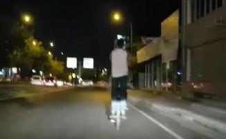 Biri bisikleti sürdü, diğeri bisikletin arkasında ayakta böyle yolculuk yaptı