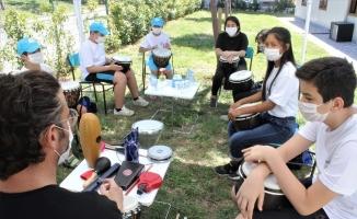Çocuklar açık havada enstrüman çalmayı öğrenip moral buluyor