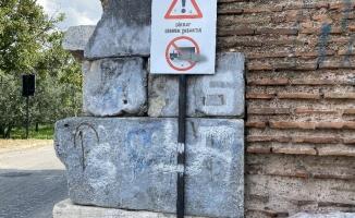 2 bin yıllık surlarda Nazi işareti