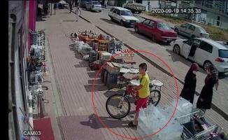 (Özel) Kendi bisikletini bırakıp başka bisikleti çaldı...O anlar kamerada