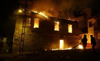 Tarihi ahşap evde çıkan yangın mahalleliyi sokağa döktü