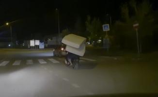 Elektrikli bisikletle yatak taşıdılar