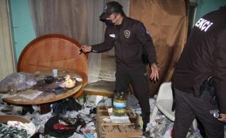 Metruk çöp ev uyuşturucu yuvası oldu