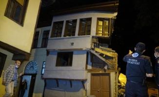 Tarihi ahşap bina çöktü