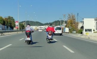 Bursa'da motosiklet sürücüleri trafikte sohbet etti