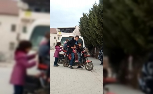 5 çocuk bir yetişkinin bindiği elektrikli bisikleti görenler şaştı kaldı