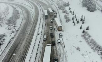 Bursa-İzmir otobanı kar yağışı sebebiyle trafiğe kapandı