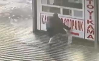 Bursa'da buzlu yolda kayarak düşen baba kucağındaki çocuğunu böyle korudu