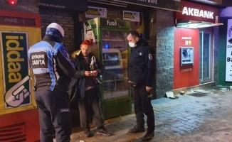 Bursa'da donmak üzere olan engelli adamı zabıta ekipleri kurtardı