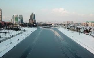 Bursa'da Nilüfer Çayı buz tuttu, vatandaşlar üzerinde yürüdü