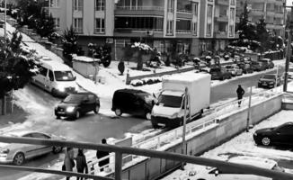Bursa'da otomobillerin buz dansı...Kamyonete böyle çarptılar