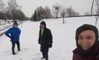 Bursa'da sıfır derecede karların üzerinde koştular