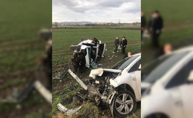 İki araç kafa kafaya çarpıştı: 4 yaralı