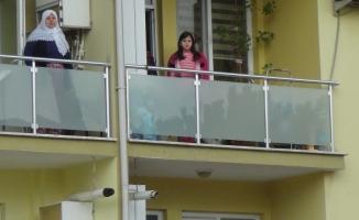Müdürler ve öğretmenler sıraya girdi öğrenciler balkona çıktı