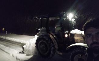 Örnek muhtar hizmeti beklemedi, kardan kapanan köy yollarını kendi açtı