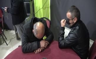 (Özel) Kumar baskınında yakalandılar, tanınmamak için maskeyle gözlerini kapattılar