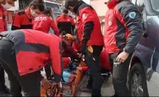Ambulans sokağa giremeyince ekipler, yaşlı adam için seferber oldu