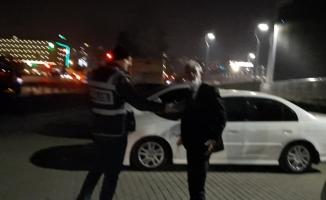 (Özel) Alkollü sürücü aracını bağlatmamak için kaputa oturup polislere direndi
