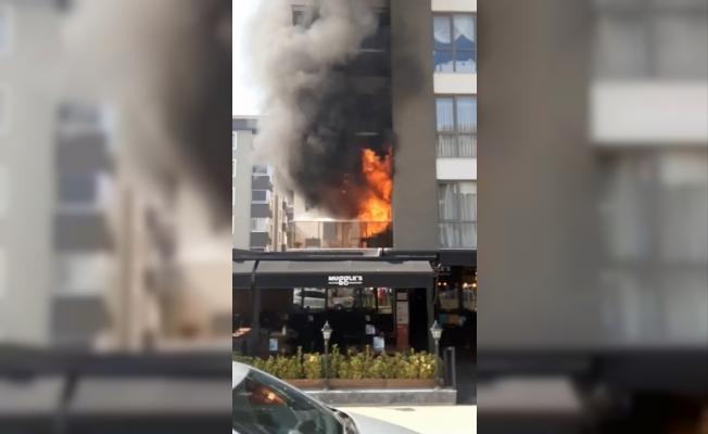 Apartmanda çıkan yangında dumanlar binayı sararken, altında bulunan kafedeki vatandaşlar korku dolu anlar yaşadı
