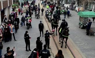Bursa'da kadın polisler 8 Mart Dünya Kadınlar Gününü karanfil dağıtarak kutladı