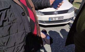 Kadın sürücünün çarptığı yaşlı kadına yoldan geçen sağlık görevlisi müdahale etti