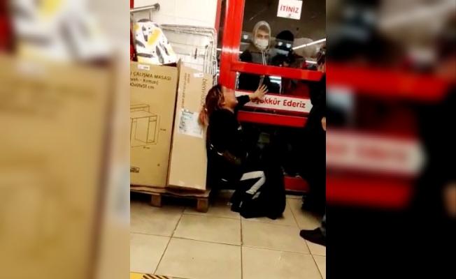 (Özel) Marketten hırsızlık yapan kadınlar, yakalanınca ortalığı birbirine kattı