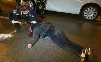 Seyir halindeki aracın önüne atlayan genç ağır yaralandı