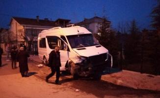 Bursa'da servis midibüsü ile otomobil çarpıştı: 2 yaralı