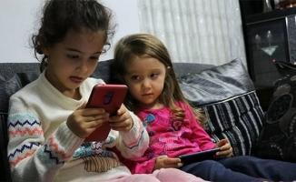Çocuğunuz telefona çok fazla bakıp kambur olmasın