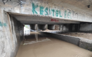 Mandıras Deresi taştı. Alt geçit sular altında kaldı.
