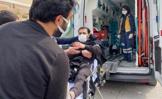 Otomobil ile çarpışan motosikletin sürücüsü sürüklenerek direğe çarptı
