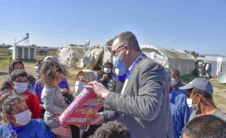 Karacabey'de mevsimlik işçilere Başkan Özkan'dan bayram ziyareti
