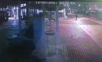 (Özel) Mağazanın camını taşla kıran hırsız, birisi görünce böyle kaçtı