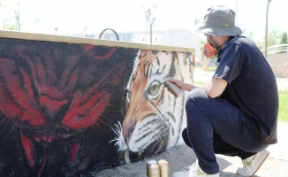 Parklarda grafiti çalışması ilgi çekti