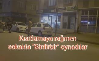 """Sokağa çıkma kısıtlamasına uymayıp caddede """"Birdirbir"""" oynadılar"""