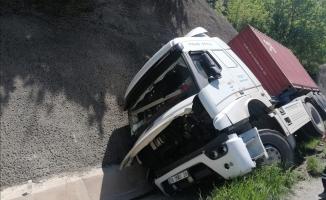 TIR devrildi, Bursa-Ankara karayolu trafiğe kapandı