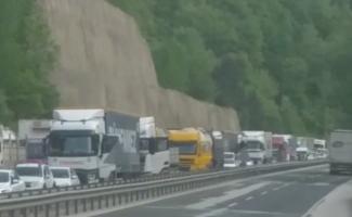 Tır kanala devrildi, Bursa-Ankara karayolu trafiğe kapandı