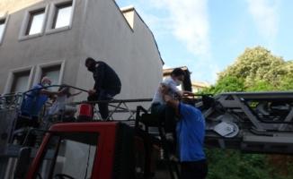 5 katlı apartmanda yangın paniği: 1'i bebek, 3'ü çocuk 12 kişi böyle kurtarıldı