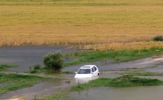 Baraja daldı, otomobili bırakıp gitti