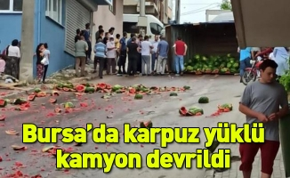 Bursa'da karpuz yüklü kamyon devrildi