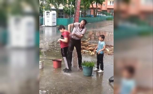 Saçaktan akan yağmur suyunda aile boyu duş
