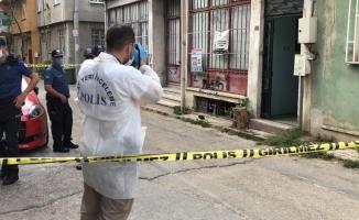 Bursa'da bir adam tartıştığı karısını evin içerisinde  bıçaklayarak ağır yaraladı