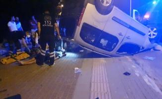 Bursa'da hafif ticari araç takla attı: 2 yaralı