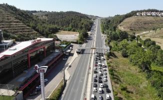 Bursa'da orman yangınına tedbir için ana yolu trafiğe kapatıp tellere bakım yaptılar