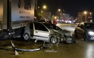 Otomobil park halindeki tır dorsesine çarptı