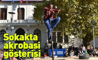 Sokakta akrobasi gösterisi