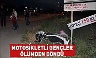 Motosikletli gençler kazada yaralandı