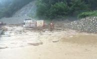 Bursa'da sel suları kamyonu devirdi