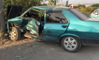 Otomobil direğe çarptı; 2 yaralı