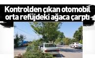 Kontrolden çıkan otomobil orta refüjdeki ağaca çarptı